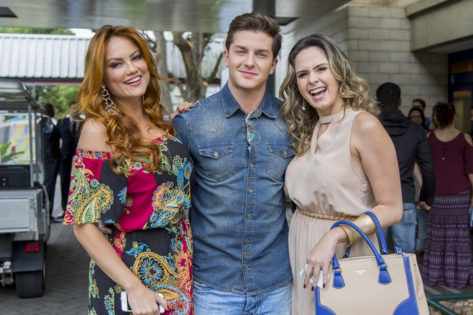 Ellen Rocche, Klebber Toledo e Ana Paula Renault nos bastidores das gravações de Haja Coração (Foto: Artur Meninea / Gshow)
