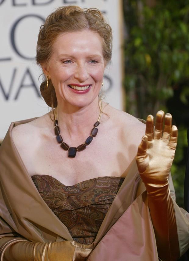 Luvas no Globo de Ouro - Frances Conroy em 2004 (Foto: Getty Images)