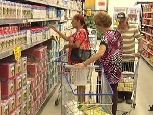 Consumidores nas patreleiras de leite em supermercado de Rio Preto (Foto: Reprodução / TV Tem)