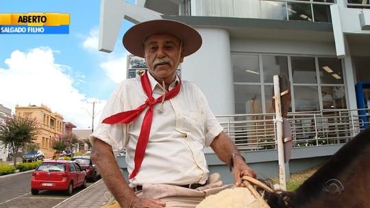 'Faceiro', diz aposentado que desistiu de vender cavalo após ganhar doação