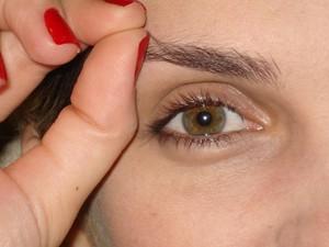 Há situações em que tudo começa quando a pessoa arranca um fio da sobrancelha  (Foto: Adriana Justi)