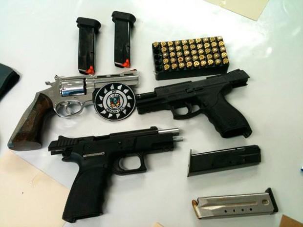 Armas apreendidas durante a operação em Sapucaia do Sul (Foto: Divulgação/Polícia Civil)