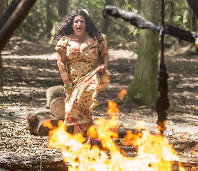 Teodora se desespera ao ver cabana em chamas (Foto: Felipe Monteiro/Gshow)