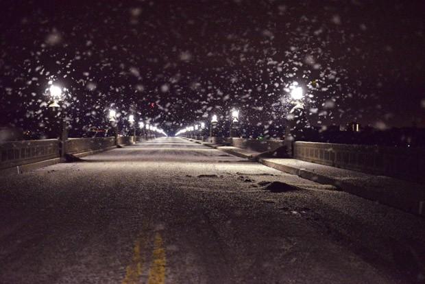 Um enxame de insetos paira sobre uma ponte entre Columbia e Wrightsville, na Pensilvânia, nos EUA, no sábado (13) à noite. As autoridades disseram que o enxame era tão denso que causou uma série de colisões com motocicletas e os levou a fechar a Ponte (Foto: Blaine Shahan/LNP/via AP)