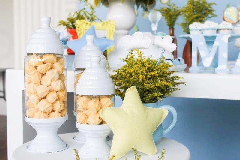 Na mesa lateral, potes com suspiro tradicional, arranjo de flor e estrela de feltro complementam a decoração  (Foto: Divulgação/Aline Amorim)