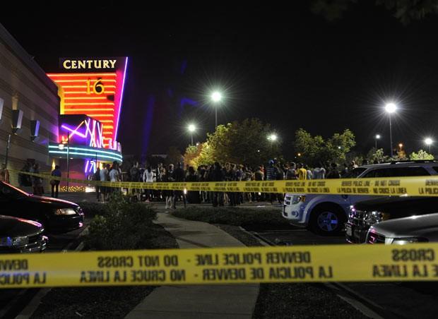 Local do tiroteio é cercado pela polícia na madrugada desta sexta-feira (20) em Aurora, no estado americano do Colorado (Foto: AP/The Denver Post, Karl Gehring)