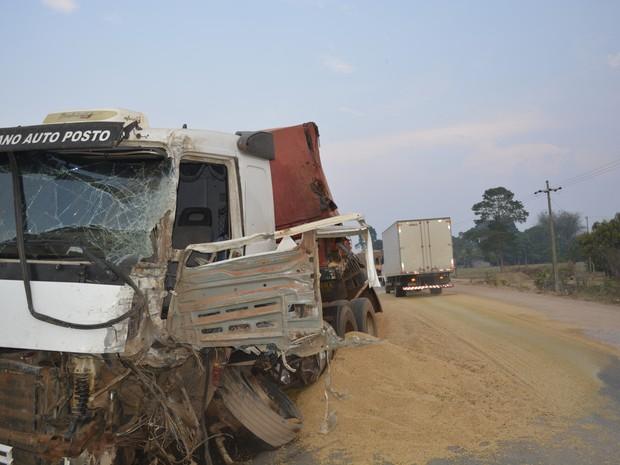 Com força do impacto, eixo dianteiro da carreta de soja quebrou (Foto: Jonatas Boni/ G1)
