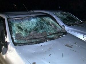 Carros também foram arrastados com a força do vento (Foto: Reprodução/TV TEM)