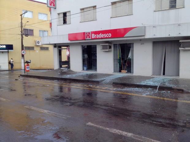 Explosão de caixas eletronicos em Serra do Salitre (Foto: Polícia Militar/ Divulgação)