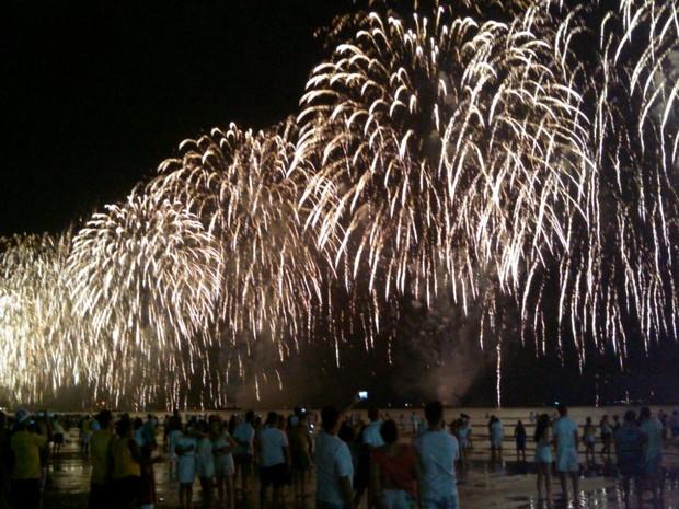 Turistas e moradores de Santos aproveitaram a queima de fogos em Santos (Foto: Ivair Vieira Jr/G1)
