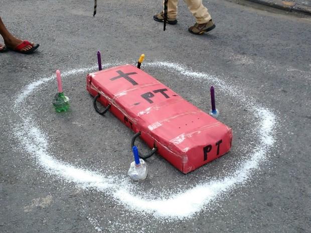 Manifestantes levaram caixão vermelho escrito PT  (Foto: Lislaine dos Anjos/ G1)