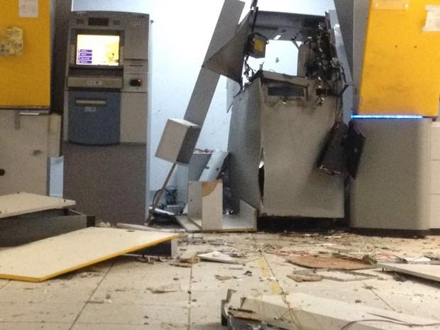 Caixa foi explodido, mas polícia ainda não sabe se o dinheiro foi levado (Foto: Renato Medeiros)