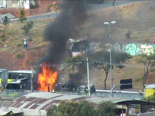 Ônibus pega fogo na Avenida Antônio Carlos, na Região da Pampulha, em BH. (Foto: Reprodução/TV Globo)