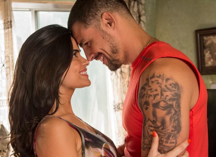 Tóia (Vanessa Giácomo) e Juliano (Cauã Reymond) formam um par romântico em 'A Regra do Jogo' (Foto: Globo/João Cotta )