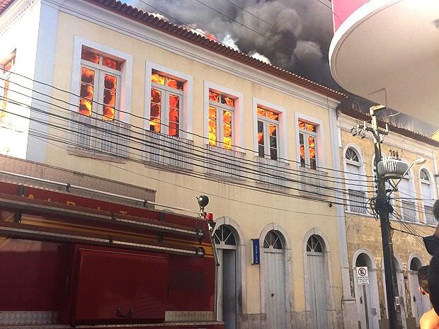 Incêndio consome prédio da Seplan em São Luís (MA) (Foto: Regina Souza / TV Mirante)