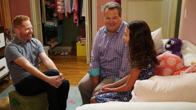 Cam e Mitchell com Lily durante o episódio  (Foto: Divulgação)
