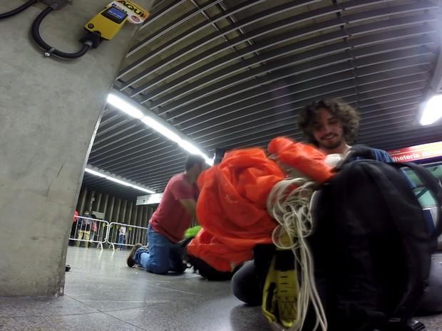 Dupla guarda paraquedas em mochilas dentro do Metrô República (Foto: Arquivo Pessoal/Arthur Zanella)