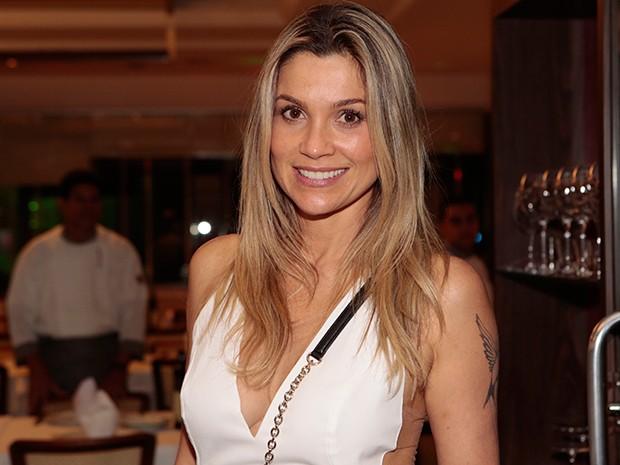 Flávia Alessandra chega à churrascaria para assistir ao último capítulo de 'Além' (Foto: Felipe Monteiro / TV Globo)