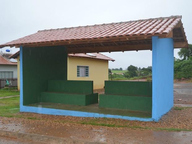 Ponto de ônibus construído por pais de alunos em Cacoal, RO (Foto: Magda Oliveira/G1)