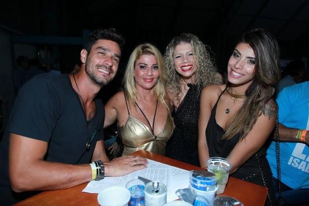 Diego, Franciele, Cátia Paganote e Cida em noite de samba no Rio (Foto: Marcello Sá Barreto/Ag News)