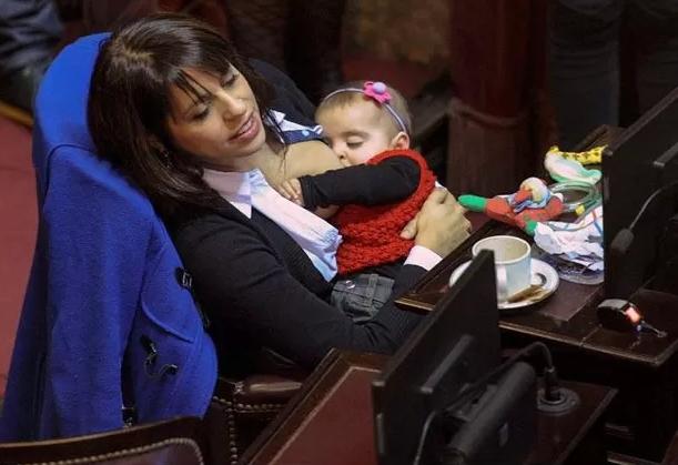 A deputada argentina Victoria Donda Pérez aleitando sua filha de oito meses, Trilce, em 2015 (Foto: Reprodução / Twitter)