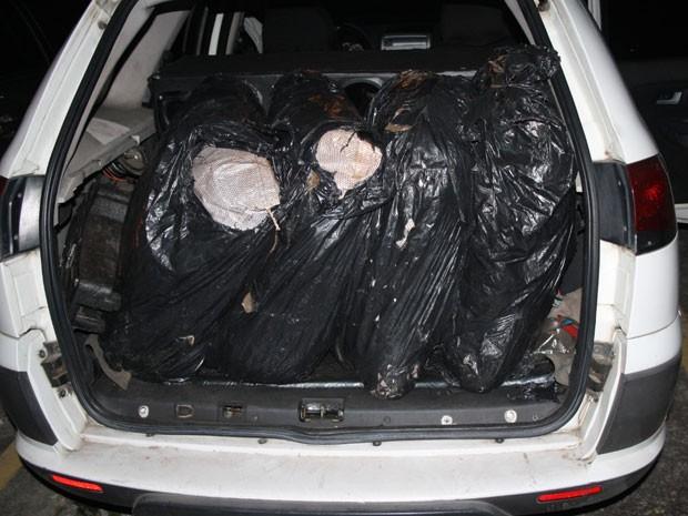 Droga estava sendo transportada em seis grandes sacos, na mala do carro. (Foto: Divulgação / Polícia Federal)