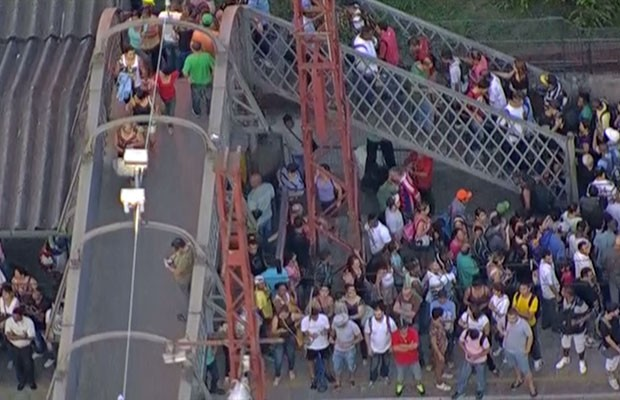 Passageiros lotam plataforma na Estação Perus da CPTM (Foto: TV Globo/Reprodução)
