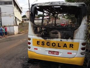Um micro-ônibus escolar foi incendiado por volta das 2h de domingo (3) na cidade de Chapecó (Foto: Eduardo Cristofoli/RBS TV)
