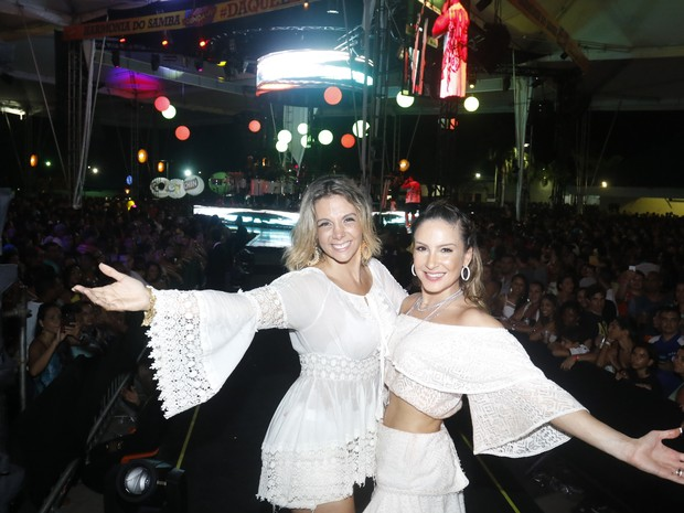 Carla Perez e Claudia Leitte em show em Salvador, na Bahia (Foto: Fred Pontes/ Brazil News)