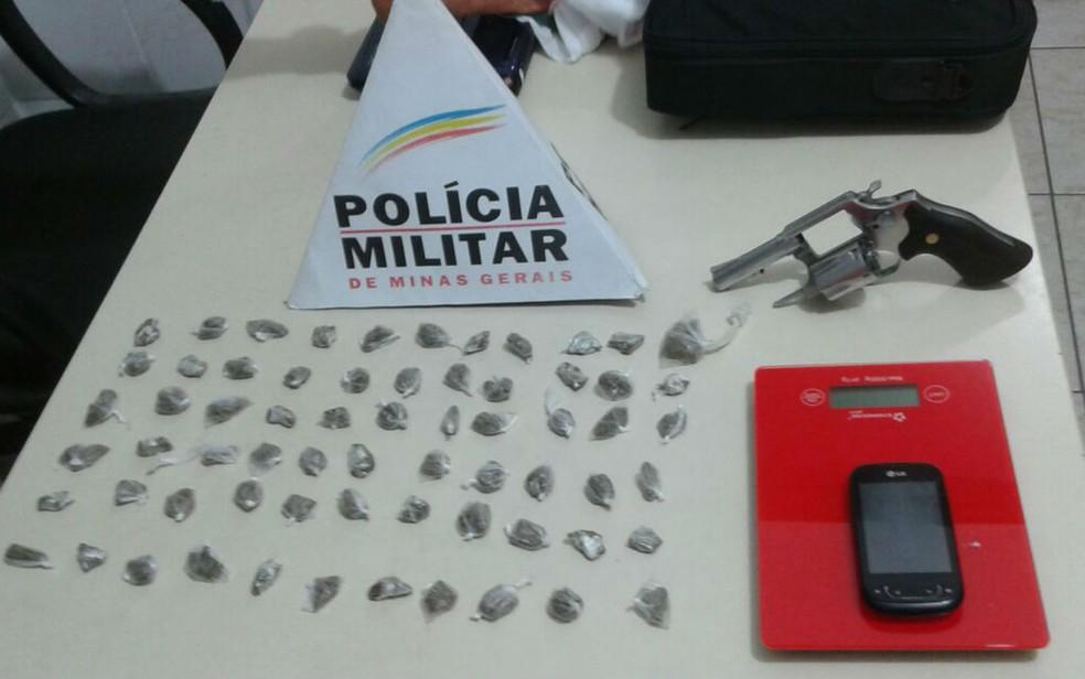 Cerca de 60 buchas de maconha estavam escondidas na cueca de rapaz em Juiz de Fora (Foto: Polícia Militar/Divulgação)