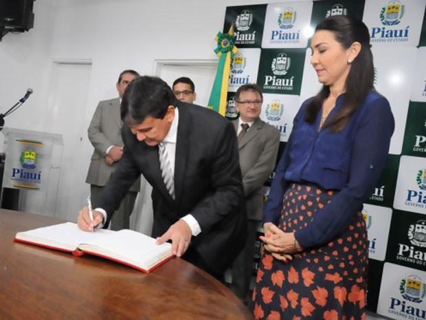 Governador  retornou de uma viagem ao exterior nesta quinta-feira (17) (Foto: Marcelo Cardoso/CCOM)