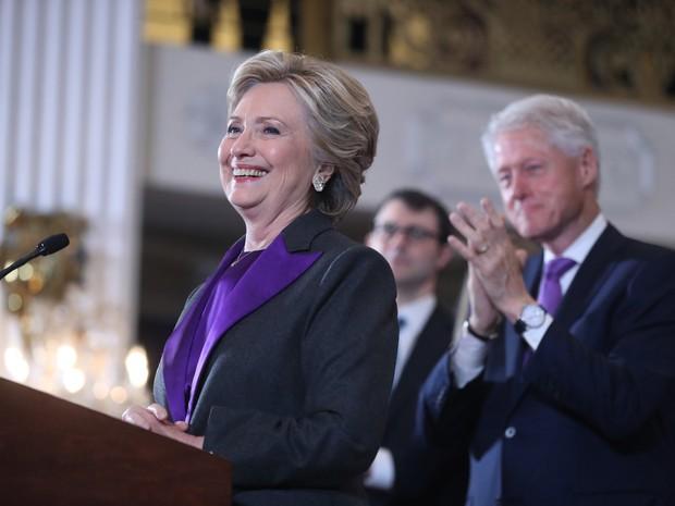 Ex-presidente Bill Clinton aplaude sua mulher, a candidata democrata Hillary Cinton, que fala em Nova York nesta quarta-feira após vitória do republicano Donald Trump (Foto:  AP Photo/Andrew Hamik)