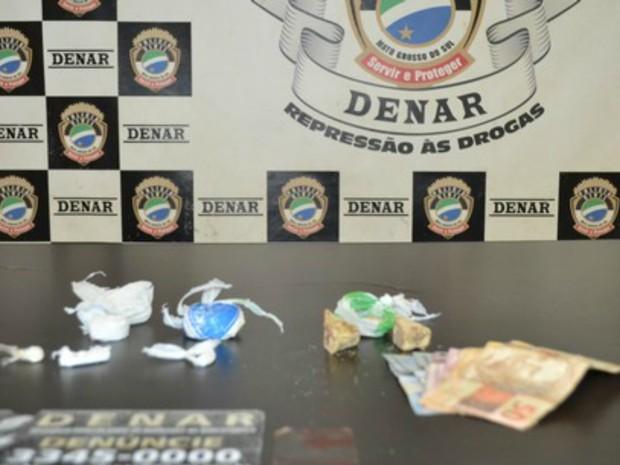 Adolescente tinha duas porções de cocaína quando foi abordado por policiais (Foto: PC/Divulgação)