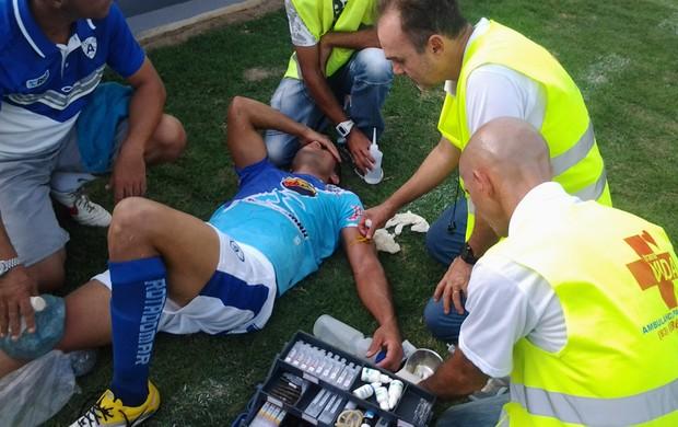 gedeon se machuca e toma injeção em campo - atlético-pb (Foto: Silas Batista / Globoesporte.com/pb)