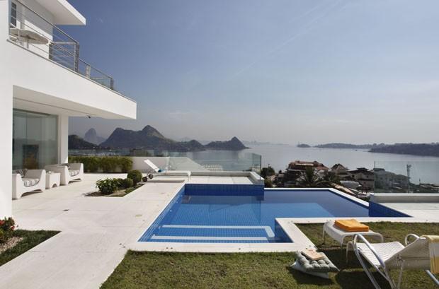 Casa branca e moderna tem vista para pontos icônicos do Rio de Janeiro (Foto: Juliano Colodeti)