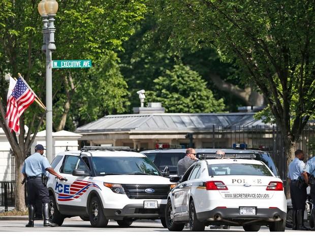 Policiais bloquearam avenidas nos arredores da Casa Branca, em Washington, nesta sexta-feira (20) após relatos de tiros (Foto: AP Photo/Alex Brandon)