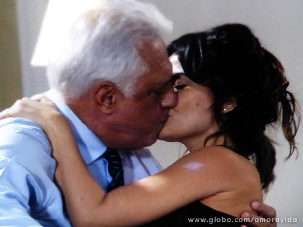 Aline sempre sedutora para cima de César (Foto: Amor à Vida / TV Globo)