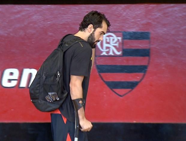 Benite, ala-armador do Flamengo, de muleta (Foto: Reprodução SporTV)