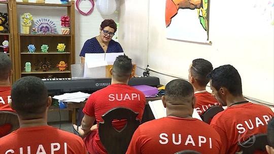 Marta Simone David é cantora e ensina música a detentos