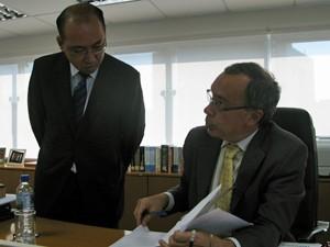 Ricardo Kendy Yoshinaga, que chefiará a nova procuradoria, despacha com o procurador geral (Foto: Marcelo Mora/G1)