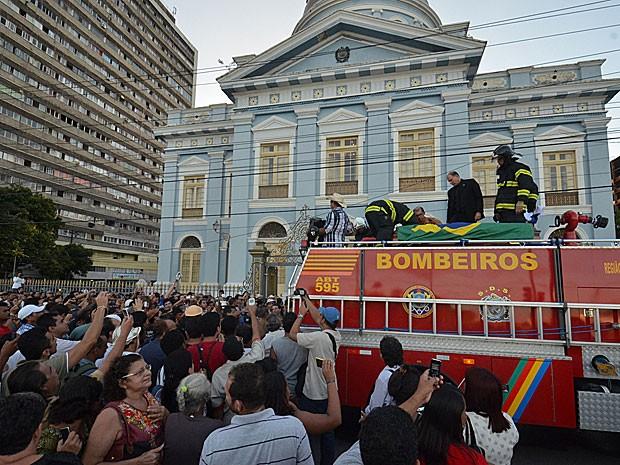 Caixão de Dominguinhos deixa a Assembleia Legislativa de Pernambuco (Foto: Chico Peixoto / Leia Já Imagens / Estadão Conteúdo)