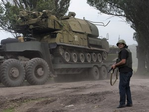 Ukrainian government forces maneuver antiaircraft missile launchers Buk as they are transported north-west from Slovyansk, eastern Ukraine Friday, July 4 (Foto: Dmitry Lovetsky/AP)