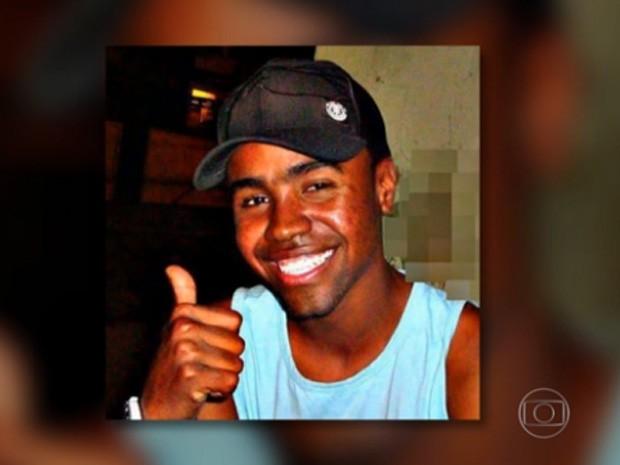 Mototaxista morto na Vila Cruzeiro (Foto: Reprodução / Globo)