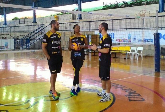 Daymi Ramirez Oposta Praia Clube Vôlei conversa com membros da comissão técnica (Foto: Lucas Papel)
