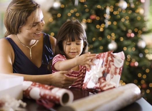 4 maneiras de incluir as crianças nos preparativos de Natal