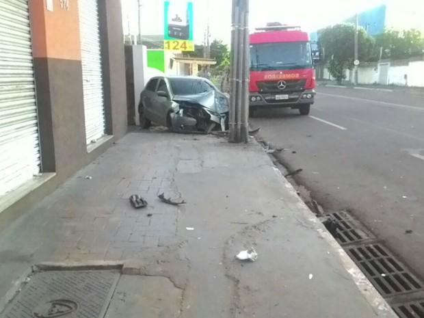 Carro bateu em poste e ficou com a frente destruída (Foto: Flávia Galdiole/ TV Morena)
