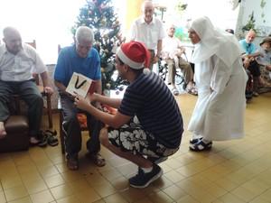 Idosos do Lar São Rafael foram presenteados neste domingo (25) (Foto: Heloise Hamada/G1)