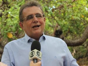 Secretário diz que vai tomar título de maior cajueiro do mundo do RN (Foto: Gilcilene Araújo/G1)