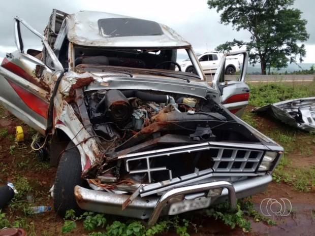 Caminhonete foi parar nas margens da rodovia após capotar, em Jataí, Goiás (Foto: Reprodução/ TV Anhanguera)