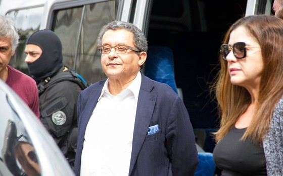 O jornalista e marqueteiro João Santana e sua mulher, Monica Moura, presos durante a 23ª fase da Operação Lava Jato, chegam ao Instituto Médico Legal (IML) para realização de exame de corpo de delito, em Curitiba, na tarde desta terça-feira (23) (Foto: Guilherme Artigas / Fotoarena / Ag. O Globo)